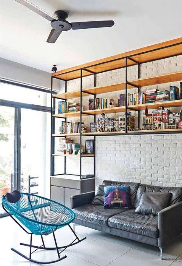 decoração moderna para sala com parede de tijolinho branca e cadeira de balanço azul Foto Pinosy