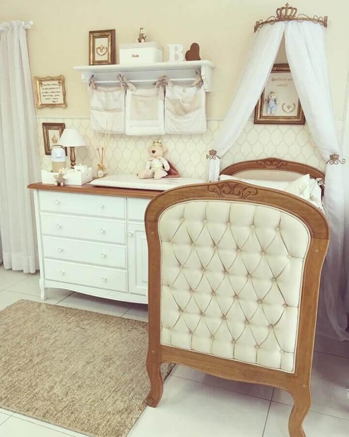 decoração neutra com prateleira com varão para quarto de bebê com dossel Foto Selfieus