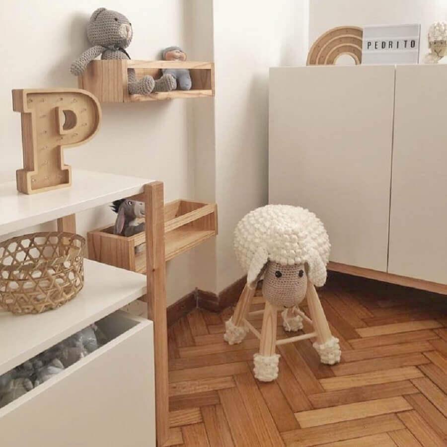 decoração neutra com prateleira de madeira para quarto de bebê Foto JolyGram