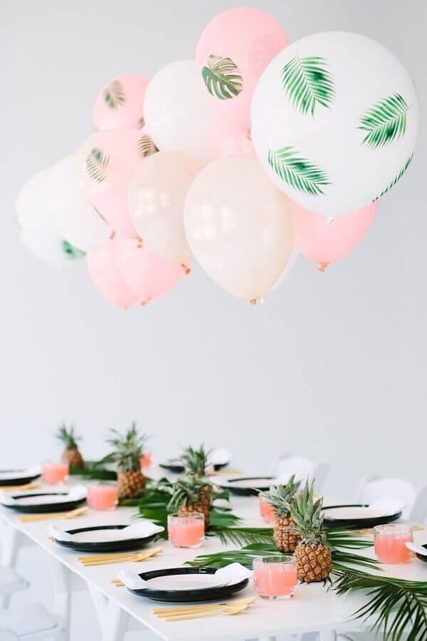 decoração para festa de aniversário com balões folhagens e abacaxi  Foto We Heart It