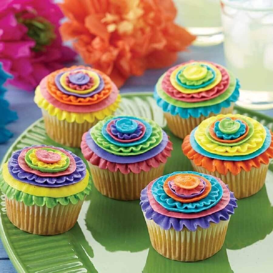 decoração para festa de aniversário com cupcakes coloridos  Foto Casa e Festa