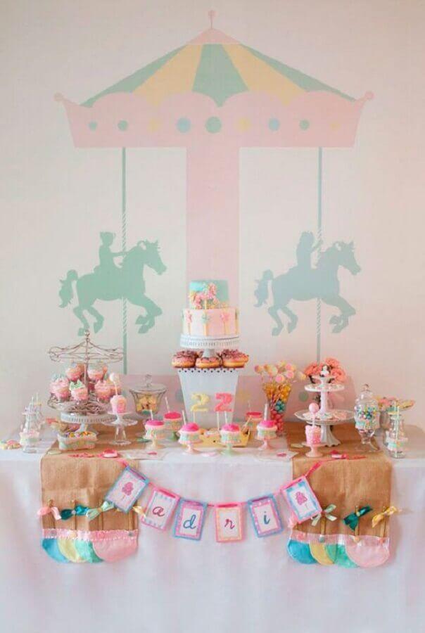 decoração para festa de aniversário em tons pastéis com tema carrossel  Foto Tania Gusman