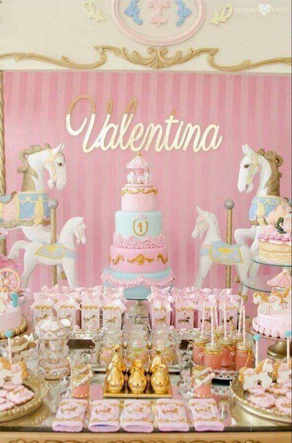 decoração para festa de aniversário infantil em tons de rosa com vários cavalos brancos  Foto Una Bruja