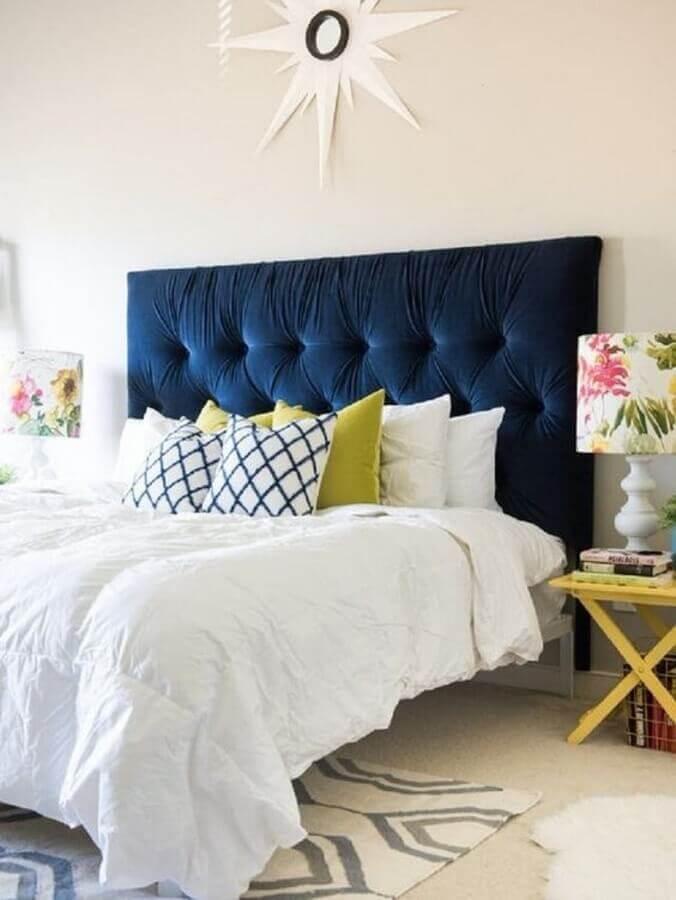 decoração para quarto azul com abajur com cúpula estampada com flores Foto Apartment Therapy