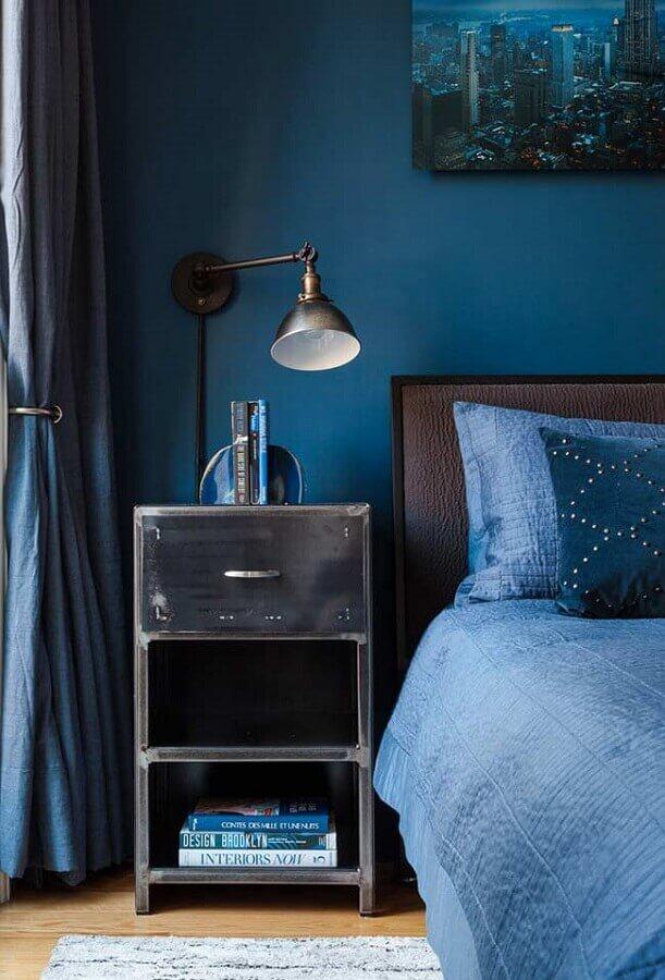 decoração para quarto azul com cabeceira marrom e luminária antiga Foto Pinterest