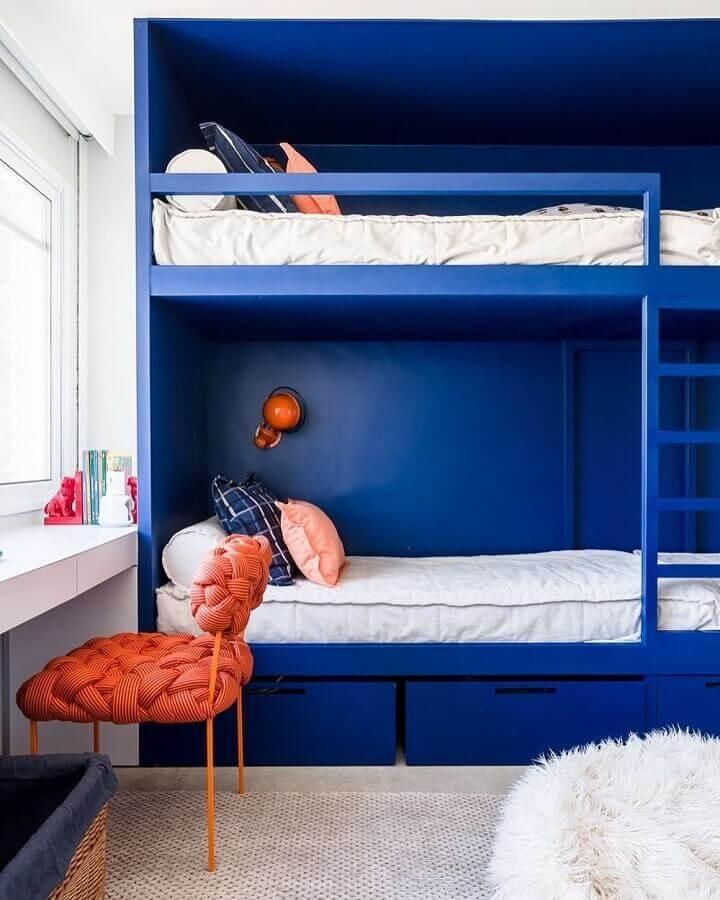 decoração para quarto azul com cadeira diferente e bicama Foto Suite Arquitetos
