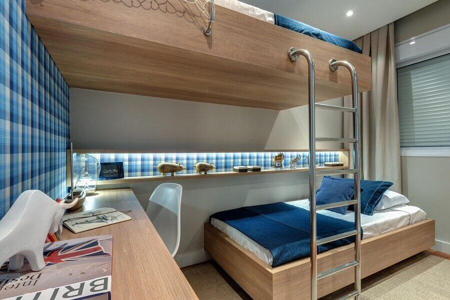 decoração para quarto azul com papel de parede xadrez e cama suspensa Foto Carlos Rossi