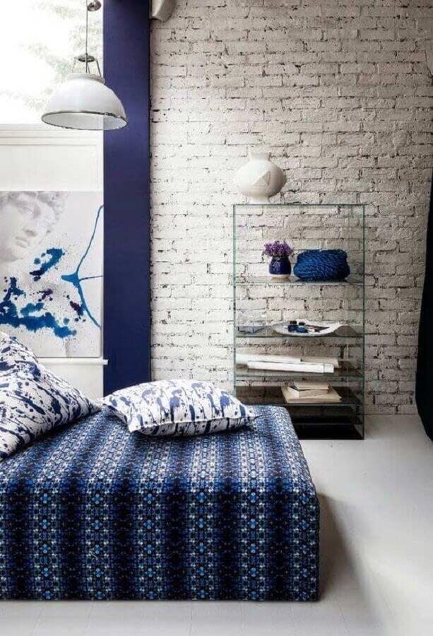 decoração para quarto azul com parede de tijolinho e armário de vidro Foto Pinosy