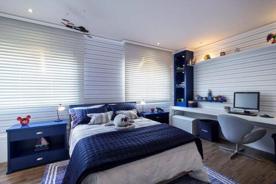 decoração para quarto azul com piso de madeira e bancada de estudos Foto Webcomunica