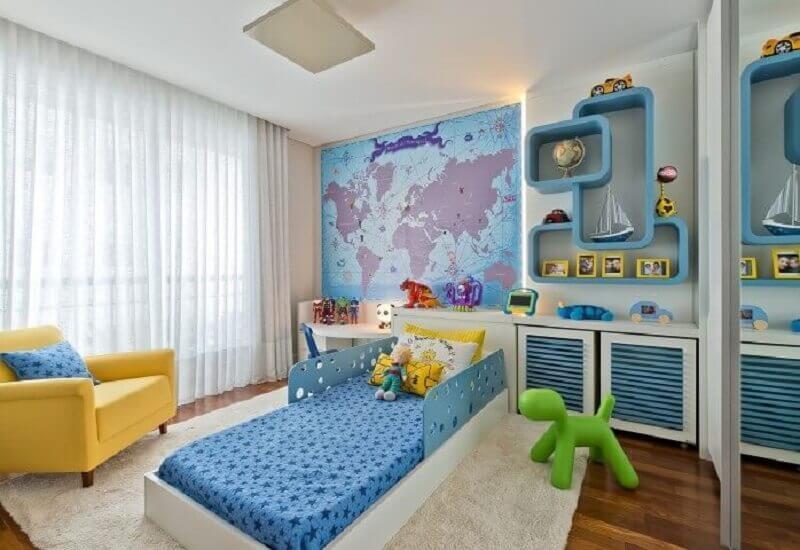 decoração para quarto azul com poltrona amarela e mapa na parede Foto Leonardo Muller