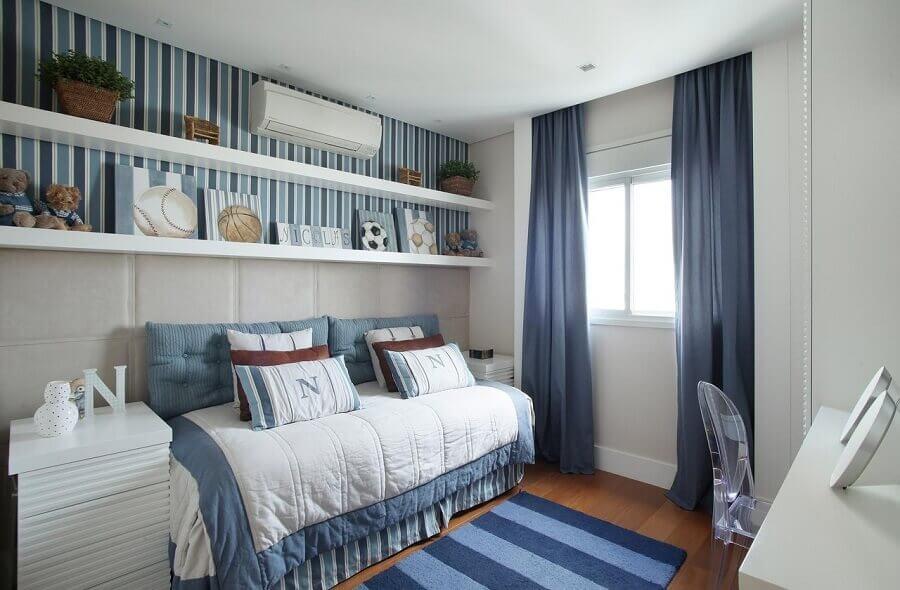 decoração para quarto azul com tapete e papel de parede listrado Foto Andrea Teixeira & Fernanda Negrelli