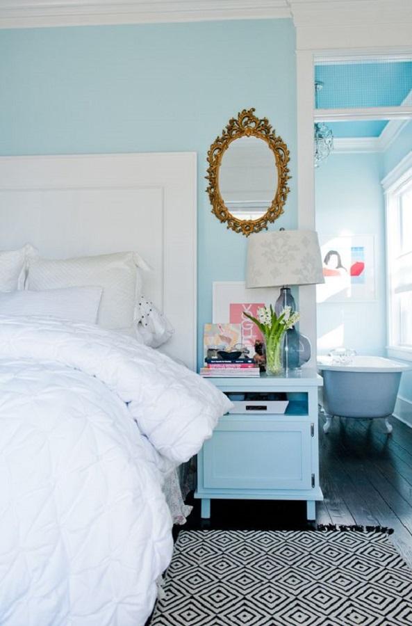 decoração para quarto azul e branco com espelho moldura provençal dourada  Foto Casinha Arrumada