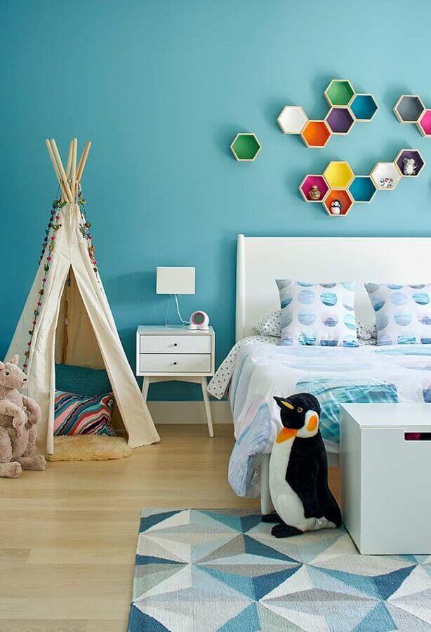 decoração para quarto azul turquesa infantil com pinguim de pelúcia e nichos coloridos Foto Neu dekoration stile