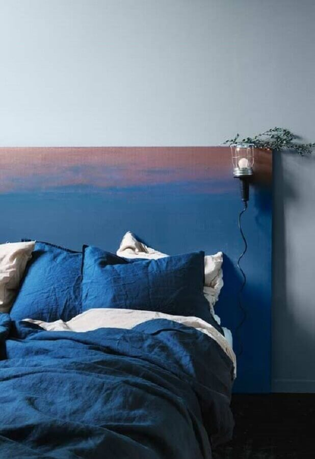 decoração para quarto com cabeceira de madeira pintada de azul Foto Pinterest