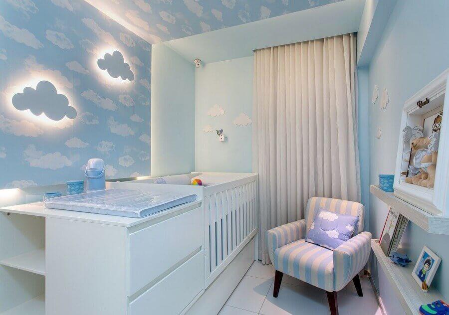 decoração para quarto de bebê azul claro com papel de parede e luminárias de nuvem Foto Milla Holtz