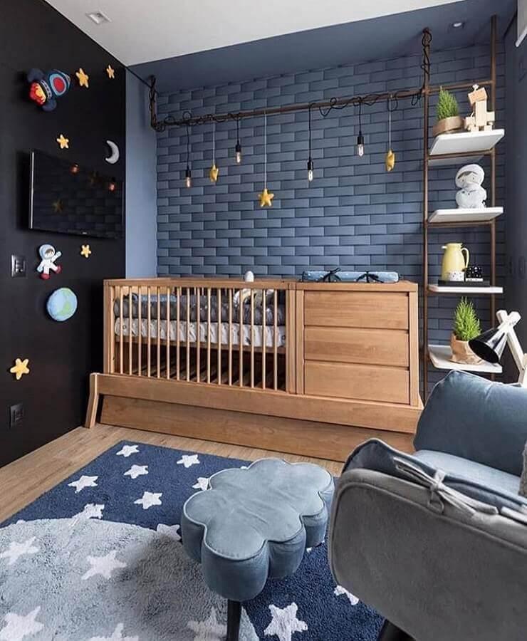 decoração para quarto de bebê azul com puff em formato de nuvem e berço de madeira Foto Zozu