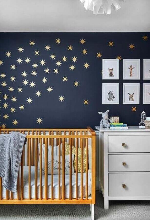 decoração para quarto de bebê azul marinho com adesivo de estrelas douradas e berço de madeira Foto Ideias Decor