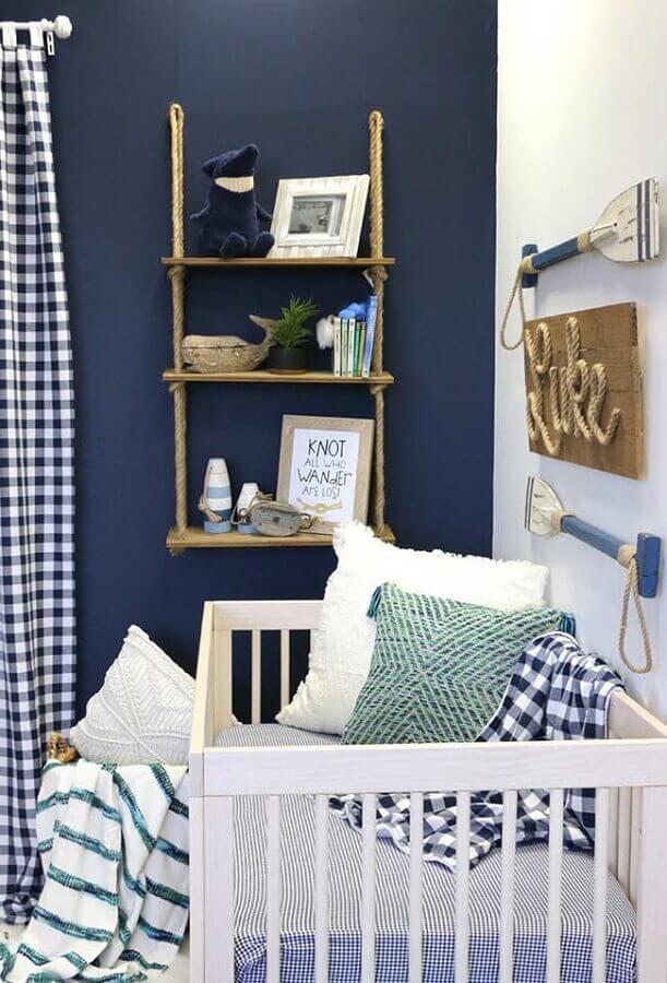 decoração para quarto de bebê azul marinho com prateleira rústica Foto Pinterest
