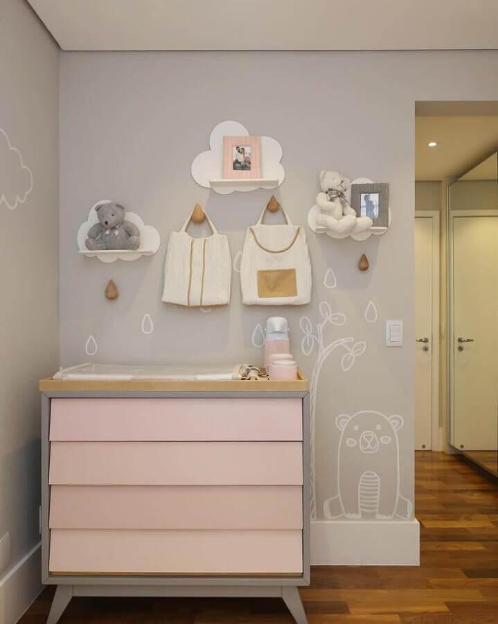 decoração para quarto de bebê cinza e rosa com prateleira de nuvem Foto Pinterest