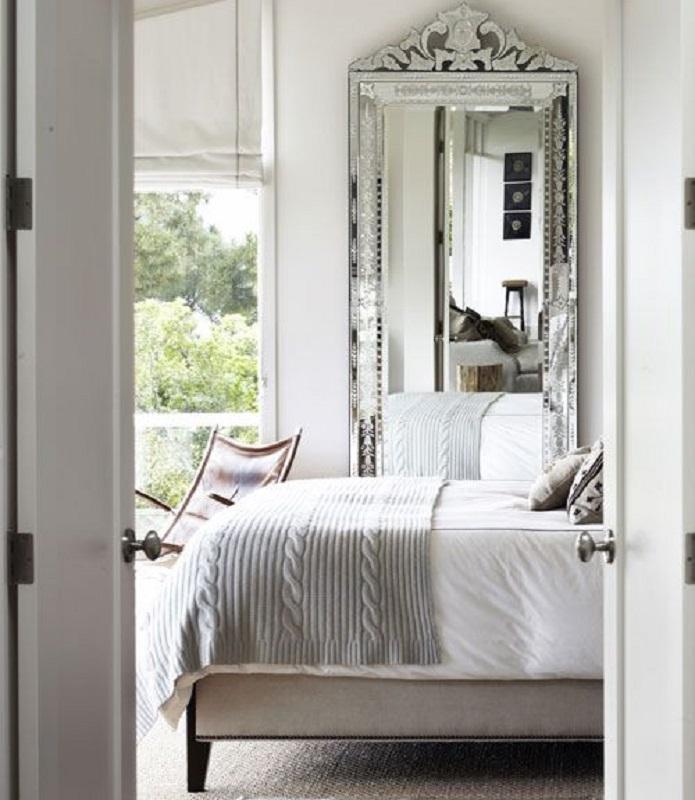 decoração para quarto de casal todo branco com espelho provençal grande Foto Viver em Casa