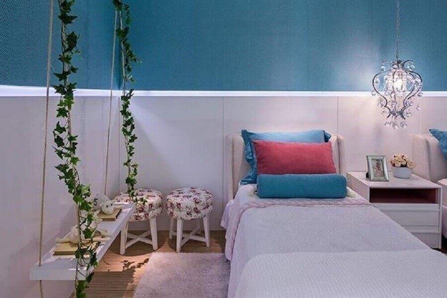 decoração para quarto de menina azul com lustre de cristal e balanço Foto Arina Araújo