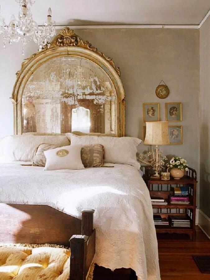 decoração para quarto sofisticado com detalhes dourados com espelho provençal grande atrás da cama  Foto Viver em Casa