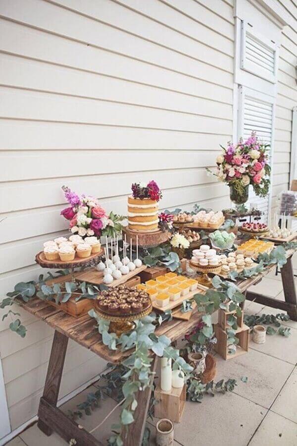 decoração rústica para festa de aniversário com arranjos de flores e folhagens  Foto We Heart It