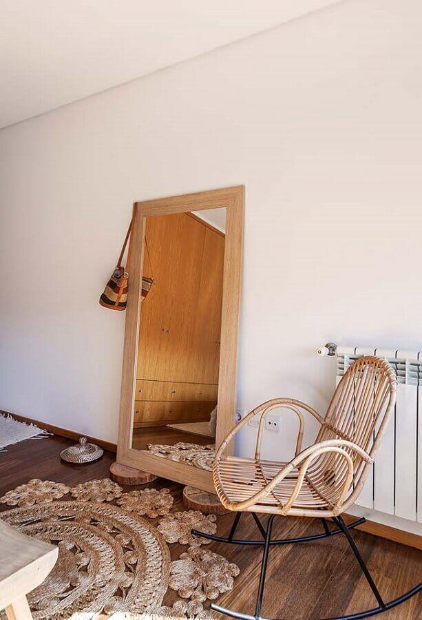 decoração simples com espelho apoiado na parede e cadeira de balanço Foto Neu dekoration stile