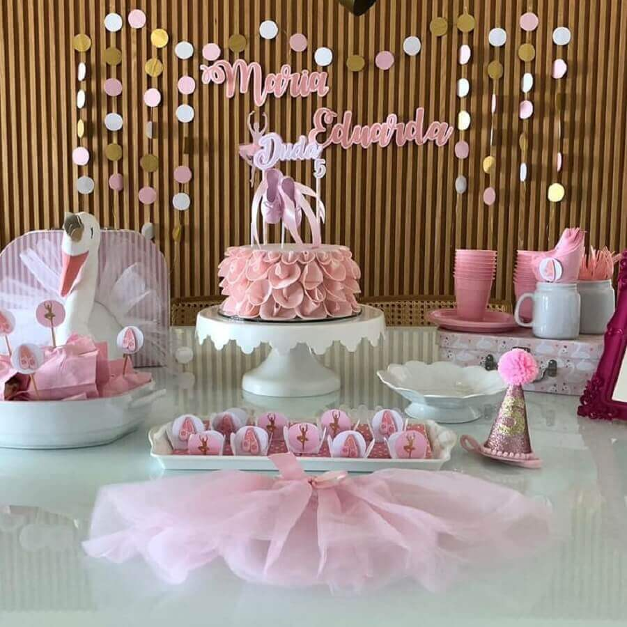 decoração simples para festa bailarina com painel de madeira Foto Maria Belas Artes