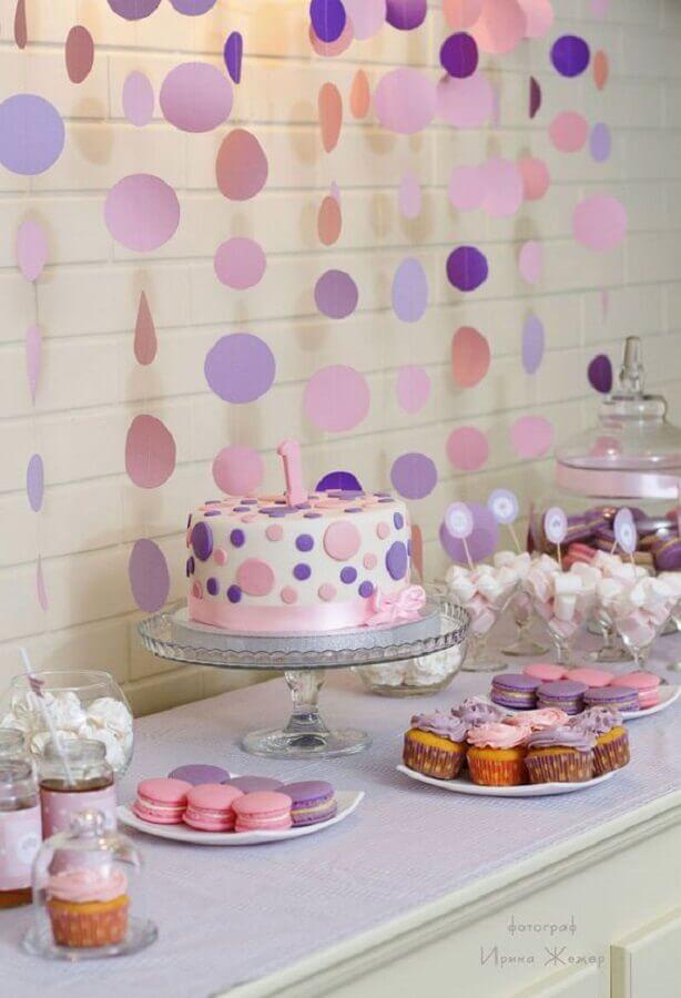 decoração simples para festa de aniversário rosa e lilás com varal de bolinhas Foto Pinterest