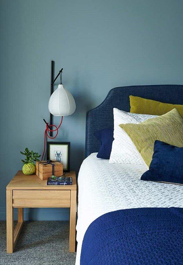 decoração simples para quarto azul com criado mudo de madeira Foto Pinosy