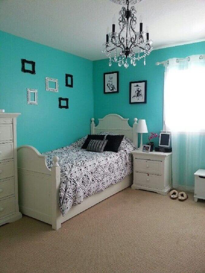 decoração simples para quarto azul tiffany com lustre de cristal e cama de solteiro Foto Air Freshener