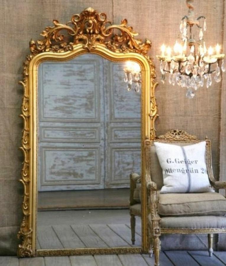 decoração sofisticada com espelho provençal grande com moldura dourada Foto CasaMaisChic
