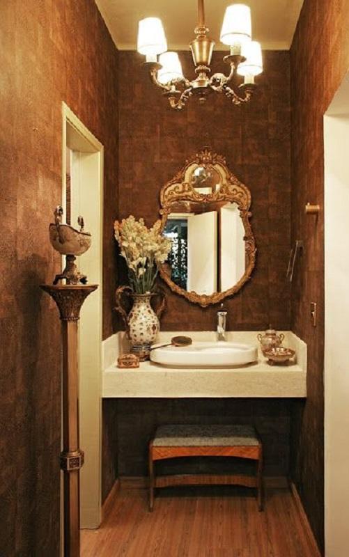 decoração sofisticada para lavabo com espelho com moldura provençal dourada  Foto Chave de Ideias