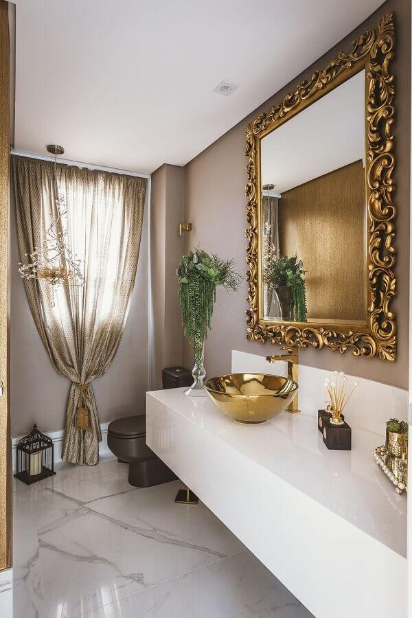 decoração sofisticada para lavabo com espelho provençal grande com moldura dourada Foto  Daniela Gradella