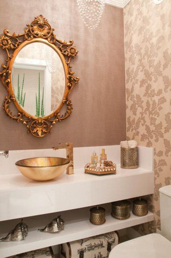 decoração sofisticada para lavabo com papel de parede e espelho com moldura provençal dourada  Foto Casar É ...