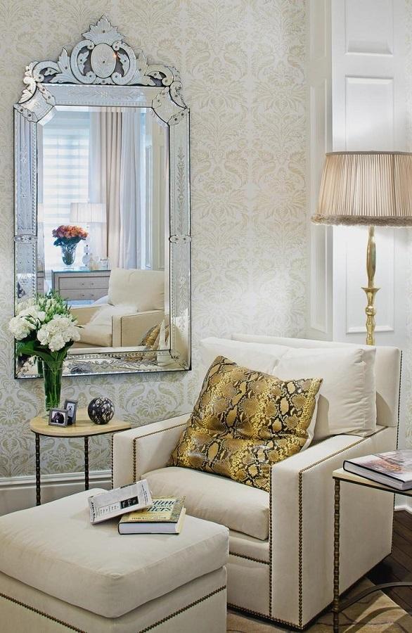 decoração sofisticada para sala com papel de parede e espelho provençal  Foto Eu amo decoração