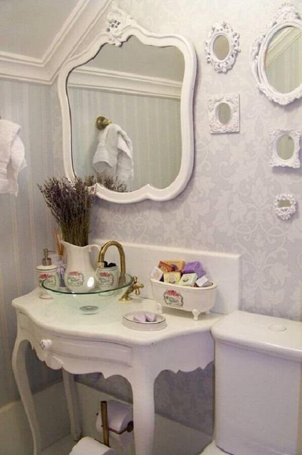 decoração toda branca com espelho provençal branco  para banheiro Foto Doce Obra