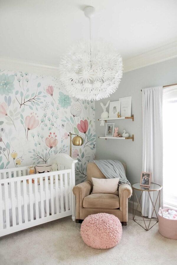 delicada decoração com papel de parede floral e prateleira para quarto de bebê Foto Home Decorating