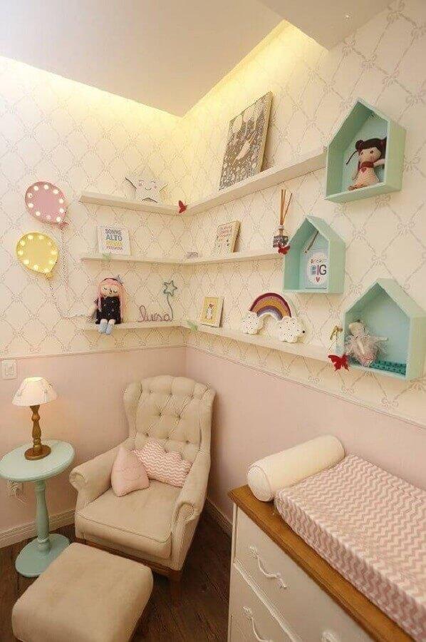 delicada decoração com prateleira para quarto de bebê Foto Revista Viva Decora