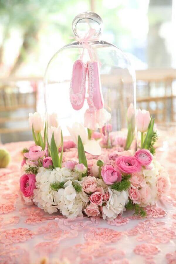 delicada decoração de mesa para festa bailarina com flores e sapatilhas Foto Pinosy