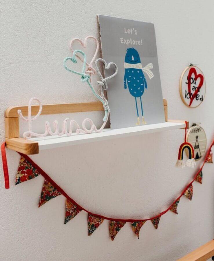 delicado modelo de prateleira de madeira para quarto de bebê Foto Blog da Giovanna