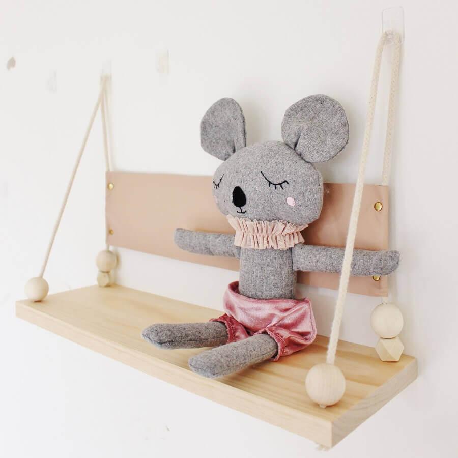 delicado modelo de prateleira de madeira para quarto de bebê Foto Winter and Vine