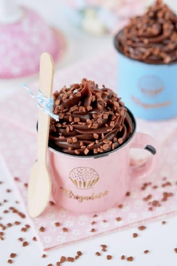 doces para festa de aniversário servidos em canecas personalizadas Foto Flamboesa