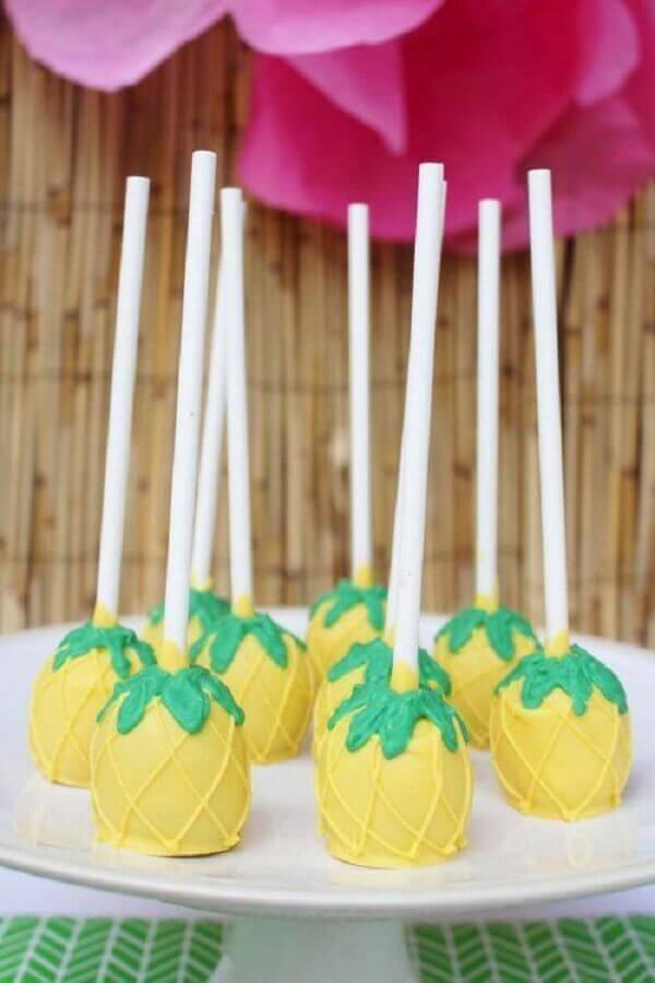 doces para festa de aniversário tropical  Foto Kara's Party Ideas
