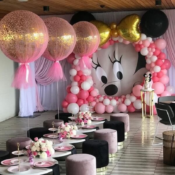 Espaço de lanche para as crianças com decoração em tons de rosa e preto