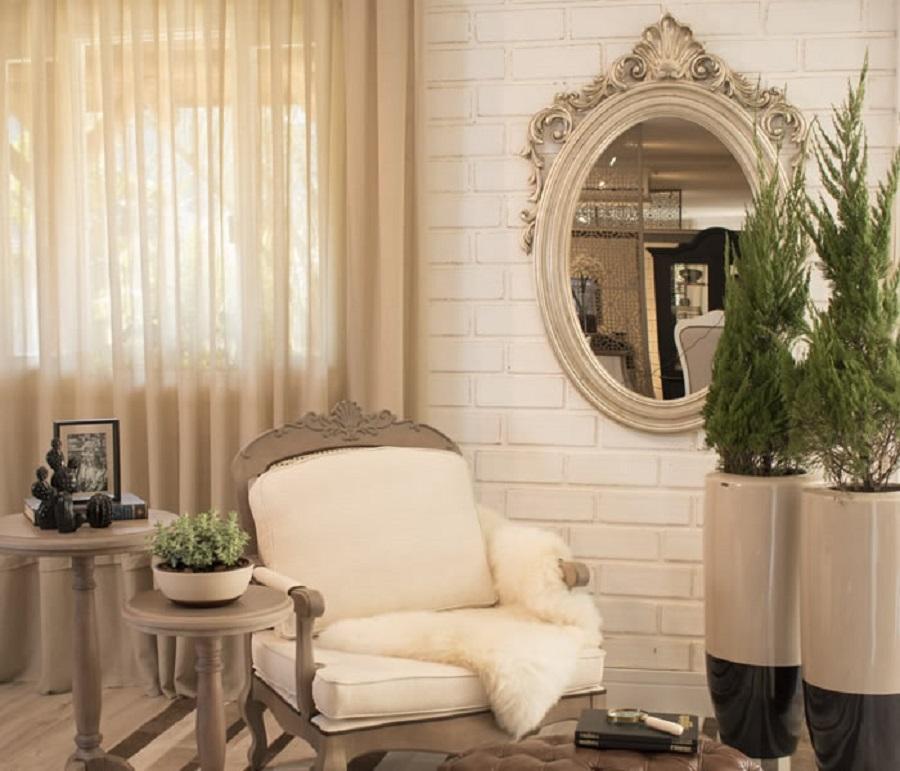 espelho moldura provençal para sala decorada em tons de bege Foto Blog Chateau Blanc