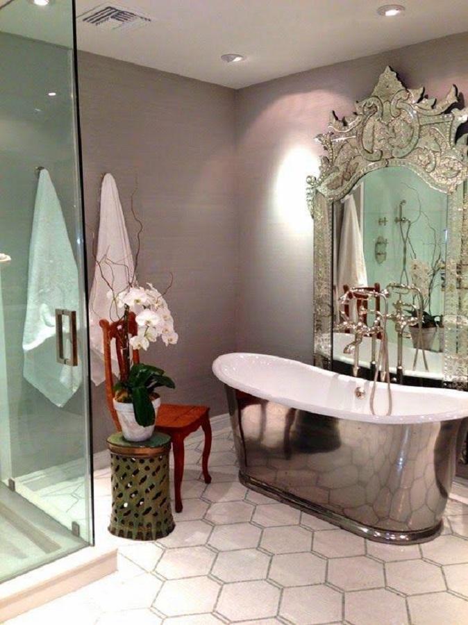 espelho provençal grande para decoração de banheiro com banheira pequena  Foto Blog de Reforma 3.0