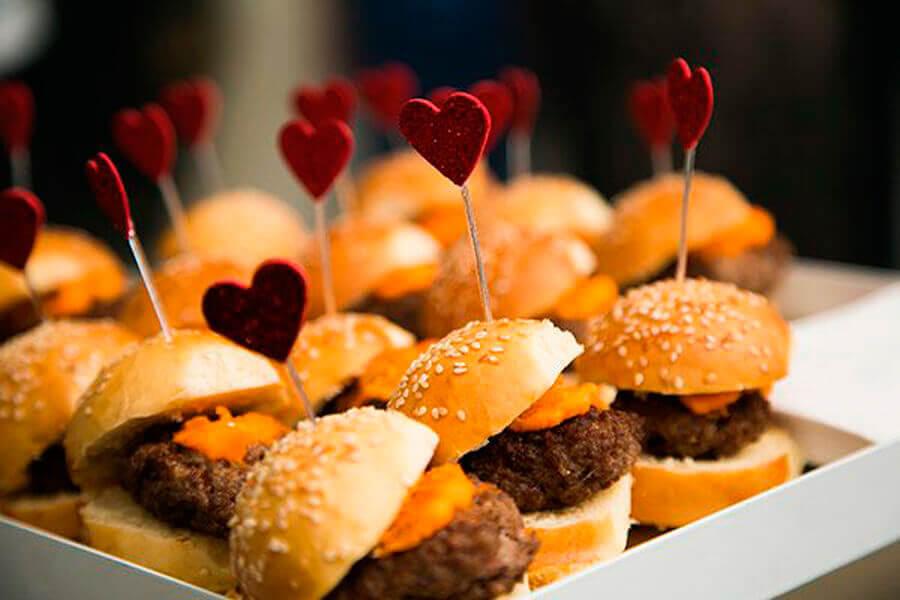 festa de aniversário com mini hambúrgueres Foto Doces e Salgados BH