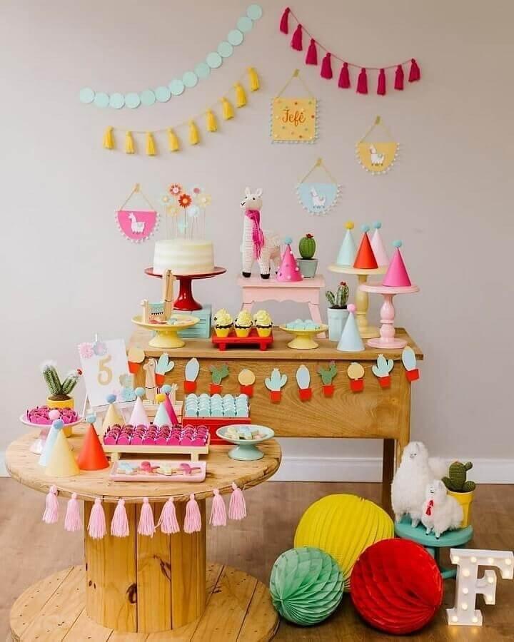 festa de aniversário diferente decorada com cactos e lhamas  Foto Pinosy
